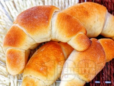 Домашни солени кифлички със сирене, масло, шунка и кашкавал (с мая) - снимка на рецептата